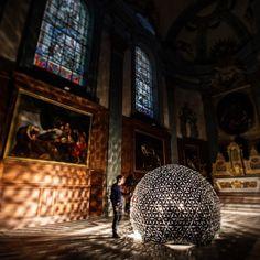 Daan Roosegarde LOTUS 7.0 2010  Je voulais partager avec vous cette oeuvre de l'artiste néerlandais Dan Roosegarde. Une des caractéristiques de l'art contemporain c'est qu'on retient plus les noms que les œuvres. Le cas de Roosegarde est à ce titre différent. Cette oeuvre est absolument bouleversante. C'est une installation interactive qui représente un mur de lotus artificiel. Ces fleurs s'ouvrent lorsqu'une personne se rapproche et de ferment lorsque la personne se retire. Quand elles…