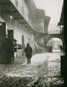 Roman Vishniac. Entrance to the Old Ghetto, Krakow San Francisco Museum of Modern Art