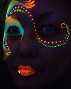 uv neon day glow face painting…i NEED this!i love LUMO! Body Painting, Neon Painting, Face Painting Designs, Painting Patterns, Glow Run, Day Glow, Pintura Facial Neon, Glow Face Paint, Maquillage Phosphorescent