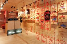 Centro Comercial de Contenedores #Mall #CentroComercial #retail #windows #vitrines #vitrinas #escaparates #visualmerchandising Pineado por Pilar Escolano