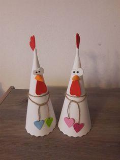 Slepice Kreativní sada na výrobu slepic. Podle střihové přílohy vystřihnete šablony, které přenesete na pěnovku a vystřihnete. Lepíte tavnou pistolí. Ze sady vyrobíte 3 slepice. Vhodné jako dekorace na Velikonoce Chicken Wire Art, Diy And Crafts, Paper Crafts, Galo, Easter Crafts For Kids, Tree Art, Handicraft, Bunny, Pottery