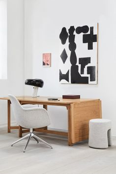 The Swoon Swivel Chair, The Library Table, Mono Pouf and Leather Box creates an exclusive and inspiring feel for any corporate or home office. The mix of different materials adds a warm and welcoming feeling to the room. #fredericiafurniture #swoonchairswivel #spacecopenhagen #librarytable #børgemogensen #monopouf #duetrampedach #leatherbox #augustsandgren #interiordessign #danishdesign #scandinaviandesign #officeideas #homeoffice #corporateoffice Space Copenhagen, Library Table, Solid Wood Dining Table, Swivel Chair, Danish Design, Scandinavian Design, Home Office, 11 Howard