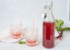 Rabarberlikør - opskrift på hjemmelavet rabarbervodka Alcoholic Drinks, Cocktails, Moscow Mule Mugs, Mousse, A Food, Vodka, Homemade, Tableware, Glass