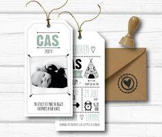 Super stoer geboortekaartje in de vorm van een label. Zwart wit met oudgroen. Zelf te ontwerpen op onze website, of door Aagjeontwerp op maat te maken. Stoere stempel voor op de envelop erbij.. helemaal af. #aagjeontwerp #labelkaart # indiaantje #stempelbestellen #labelkaartontwerpen