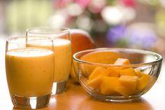 Succo Frullato di arancia, papaya e zensero Frullato di arancia, papaya e zenzero Un frullato dal sapore dolce ed esotico che vi aiuterà a migliorare la circolazione, oltre ad aumentare le difese immunitarie.  L'arancia e la papaya apportano vitamina C, la quale rafforza le pareti capillari ed evita l'accumulo di placche nel sangue.  L'ultimo ingrediente, lo zenzero, è una spezia che stimola la circolazione in generale. Se lo aggiungete a questo frullato, aiuterete il vostro stomaco ad…