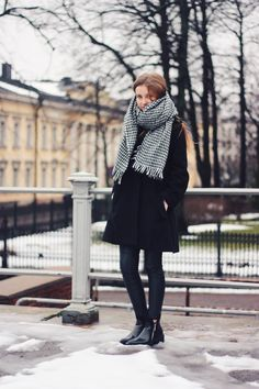 Houndstooth in Helsinki Spring Summer Fashion, Autumn Winter Fashion, Winter Style, New Outfits, Winter Outfits, Copenhagen Street Style, Houndstooth Scarf, All Black Outfit, Weekend Outfit