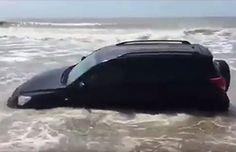Camioneta queda varada en la playa y el mar literalmente la engulló | Argentina