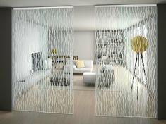 Halbtransparente Innentüren aus Glas im Wohnzimmer