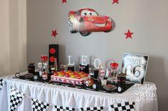 decoration anniversaire thème cars flash mc queen fanions damier - feu rouge - panneau route 66 -jupe de table blanche -lettre prénom en bois - caissette cupcake damier - roue - présentoir cars - bonbon rouge - sticker cars- table cars- deco