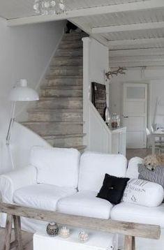 Witte woonkamer met vergrijsd hout.