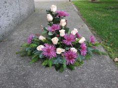Źródło 5 Funeral Floral Arrangements, Church Flower Arrangements, Church Flowers, Funeral Flowers, Arte Floral, Grave Decorations, Flower Arrangement Designs, Sympathy Flowers, Ikebana