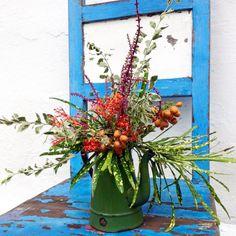 Mais um arranjinho lindo no bule de ágata. Porque se o objeto tem algum espaço e profundidade, nós colocamos flores nele. Somos dessas #ohlindeza #conceptwedding #wedding #casamento #flores #flowers #floraldesign #arranjosflorais #flowerarrangements #flowerslovers #floweroftheday #bule #agata #casamentonaserra #casamentonojardim #casamentoaoarlivre #casamentonafazenda #casamentoFernandaeNestor