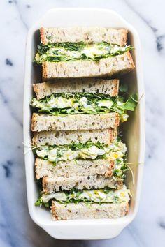 Sandwich met zelfgemaakte eiersalade met verse kruiden. Lekker om mee te nemen in je lunchbox
