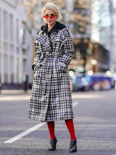 All our favourite street style moments from London Fashion Week Fashion Line, Star Fashion, Retro Fashion, Girl Fashion, London Fashion Weeks, Colored Tights, Black Tights, Street Style 2018, Neutral Outfit
