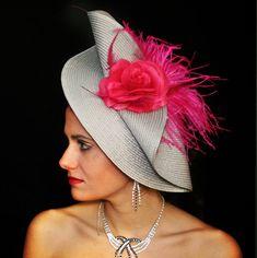 Tocado día sisal plata y fucsia Black dyamonds presenta … Fascinator Diy, African Hats, Tea Hats, Derby Outfits, Hats For Women, Ladies Hats, Love Hat, Wedding Hats, Sisal