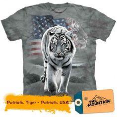 T-shirt med hvid tiger og USA flag Tiger T-shirt, Bengal Tiger, Animal Print T Shirts, Big Men, Usa Flag, Tshirts Online, Cool T Shirts, Long Sleeve Tees, Graphic Tees