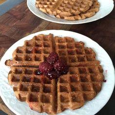 """Waffles de tapioca com frutas vermelhas  vou passar a receita no quadro """"Sabores da Cozinha"""" {1230 am SP} às 10:20 e depois colocar tim tim por tim tim na minha página do Facebook: nutrycarla  #receita #waffle #glutenfree #lactosefree #cafedamanha #saudavel #dicadanutri #nutrycarla by nutrycarla http://ift.tt/27TJEvP"""