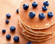 Clatitele americane sunt cunoscute sub denumirea de pancakes si, odata cu globalizarea, au ajuns sa fie iubite si ele de romani. Desigur, cele clasice isi pastreaza in continuare locul de onoare. Pancakes, Romani, Breakfast, Food, Meal, Pancake, Essen, Morning Breakfast, Crepes