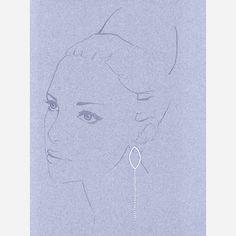 Les boucles d'oreilles Gaby de la collection Eclats, en argent 925, éclairent votre visage en captant la lumière. Elles s'inspirent de la trace de lumière laissée par les étoiles filantes dans le ciel. La longueur des boucles d'oreilles, aux facettes brillantes comme autant d'étoiles, ira aussi bien aux coupes courtes (elles structurent l'ovale du visage)
