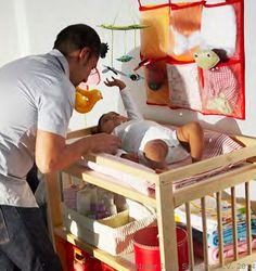 Jucăriile sunt ajutoare de nădejde la schimbat bebelușul. El se distrează iar tu poți termina treaba mai repede.  www.IKEA.ro/jucarii_bebelusi