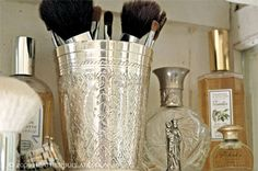Need to get my make up brushes organized.  This is so pretty.
