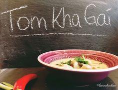 Tom Kha Gai ist eine thailändische Hühnersuppe. Unser Rezept mit Kaffir-Limonenblättern, Fischsauce und Zitronengras schmeckt nicht nur im Sommer.