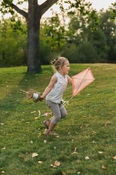 This DIY old fashioned kite is not only a great craft to do with your kids, young and old, it also turns into a memorable activity. Crafts To Do, Diy Craft Projects, Fall Crafts, Diy Crafts For Kids, Kite Template, Popular Crafts, Do It Yourself Crafts, Fun Activities For Kids, Arts And Crafts Movement