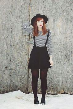 Look para o dia Saia preta com suspensórios, blusa com listras , meia calça em tom meio vinho, sapato e chapéu preto