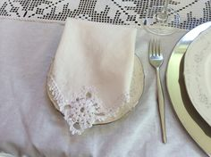 Dinner napkins with crocheted details White Linens, Dinner Napkins, Cotton Crochet, Handmade Items, Detail, Crafts, White Bed Sheets, Manualidades, Handmade Crafts