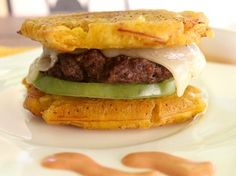 This plantain hamburger will make you never want to eat bread again. 16 Delicious Plantain Recipes That Will Make Your Life Better Plantain Recipes, Banana Recipes, Plantain Bread, Dominican Food, Good Food, Yummy Food, Colombian Food, Cuban Recipes, Dinner Recipes