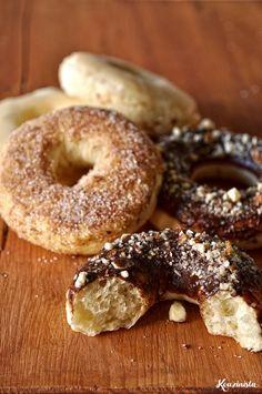 Για να είμαστε ειλικρινείς, τα ντόνατς ψημένα στο φούρνο είναι κάτι σαν αναγκαίος συμβιβασμός από τον οποίο κάτι χάνεις (υφή, γεύση) και κάτι κερδίζεις (λιγότερα λιπαρά, λιγότερες ενοχές). Τουλάχισ… Greek Sweets, Baked Donuts, Cupcake Cookies, Cupcakes, Greek Recipes, Cinnamon Rolls, Good Food, Cooking Recipes, Bread