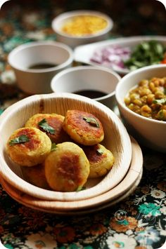 Ragda-Patties -look delicious, I need to find the recipe. Side Recipes, Meat Recipes, Indian Food Recipes, Indian Appetizers, Indian Snacks, Indian Street Food, South Indian Food, Potato Recipes, Vegetable Recipes