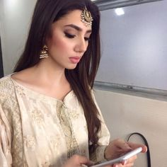 Love what you have, before life teaches you to love what you lost. Mahira Khan Pics, Mahira Khan Dresses, Pakistani Dress Design, Pakistani Wedding Dresses, Bridal Dresses, Maira Khan, Prettiest Actresses, Beautiful Girl Image, Beautiful Pictures
