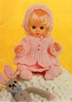 Billedresultat for free doll clothes knitting patterns Knitted Dolls Dress Pattern, Baby Booties Knitting Pattern, Animal Knitting Patterns, Doll Dress Patterns, Knit Patterns, Knitting Ideas, Crochet Dolls, 12 Inch Doll Clothes, Baby Doll Clothes