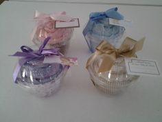 Lembrança de Cupcake de toalha social com franja na medida de 22cm x 39cm.Temos diversas cores e estampas para wrappers.  PEDIDO MÍNIMO DE 10 UNIDADES. R$ 4,50