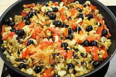 Caponata di Melanzane, capperi, olive, sedano, pomodoro con aggiunta di peperoni, in casseruola
