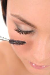 Fluff up your eyelashes with these smudge proof mascara tips. Discover the ral way makeup artists get a perfect eye makeup look every time.