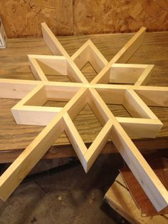 Let it snow-my DIY Wood Snowflake Shelf - Wood Projects Wooden Christmas Decorations, Christmas Wood Crafts, Christmas Diy, Christmas Signs, Xmas, Woodworking Projects Diy, Woodworking Furniture, Diy Wood Projects, Woodworking Plans