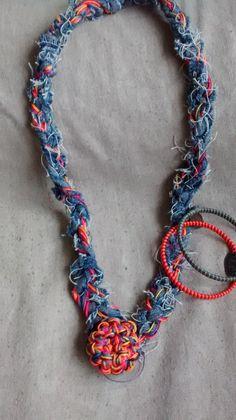 Colar Jeans e crochê com flor multicolorida e pulseiras fio encerado e medalhinhas. Criação: Rogéria Felippe