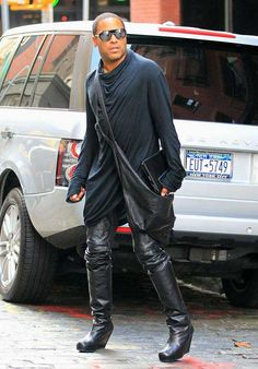 ►Lenny Kravitz is killing it with these knee high wedge boots