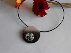 collier fleuri noir et blanc en pâte fimo polymère : Collier par elisabijoux