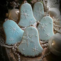 Frosty snowflake bells by Teri Pringle Wood Christmas Sugar Cookies, Holiday Cookies, Christmas Treats, Christmas Baking, Gingerbread Cookies, Galletas Cookies, Iced Cookies, Frosted Cookies, Decorated Cookies