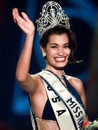 Miss USA Brook Lee of Hawaii waves to the audience after being crowned 1997 Miss Universe in Miami Beach. Miss Universe 1998, Hawaii Waves, Hawaiian Tropic, Miss Usa, Beautiful Inside And Out, Beauty Pageant, Beauty Queens, Celebrities, Pretty
