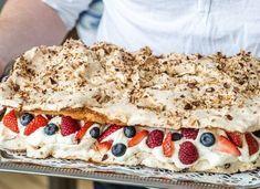 Tårta med sockerkaks och marängbotten, pinocciotårta