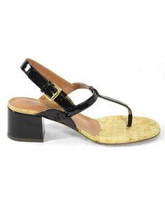 Sandalo infradito con soletta in sughero. Allacciatura in pelle e tacco 5 cm. Suola in cuoio.