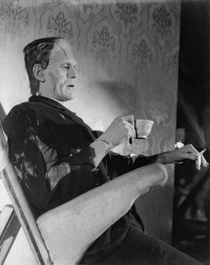 Boris Karloff: These behind-the-scenes pictures from the show legendary horror movie star Boris Karloff on the sets of the Frankenstein movies. Boris Karloff Frankenstein, Bride Of Frankenstein, Frankenstein Makeup, James Dean, Mary Shelley, James Whale, Frankenstein's Monster, Monster Mash, Classic Monsters