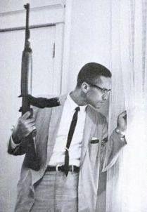"""Fotografia muito polêmica de Malcolm X armado protegendo sua família enquanto sua casa era bombardeada.A fotografia é referência visual para muitos artistas do Hip Hop. Nicki Minaj utilizou a imagem como arte do seu single """"Lookin' Ass N-gga"""", o que levou a família do ativista a se declarar contrária ao uso da foto.""""A imprensa é tão poderosa no seu papel de construção da imagem que pode fazer um criminoso parecer que é a vítima e fazer a vítima parecer que é o criminoso. ..."""