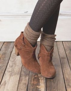 How to wear ankle boots with socks! Click through for more great Fall and Winter…