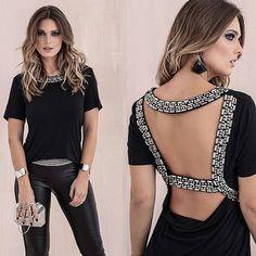 E o que é lindaaa essa blusa em pedraria com decote nas costas??!! ❤❤❤ Cores: Off white e Preta _______________________ Compras ...