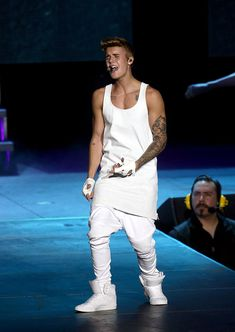 AUCKLAND, NEW ZEALAND - NOVEMBER 23:  Justin Bieber performs live for fans at Vector Arena on November 23, 2013 in Auckland, New Zealand.  (Photo by Jason Oxenham/Getty Images)
